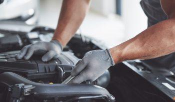 mecanico-automoviles-trabajando-garaje-servicio-reparacion_146671-18358